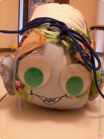 Многие в Стране уже знают о моём великом счастье - муж подарил мне швейную машинку!!!:) О том, как мы с ней воюем, несколько слов. Ну или фото.  Вот это бибика! Кривая-косая! Зато первая!!!:))) Правда, видок у неё... Глаза навыкате, улыбка как у маньячины.... Но в целом - весёленькая! И со шнуровочкой на капоте - развиваем моторику:))) фото 1