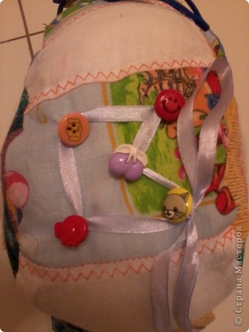Многие в Стране уже знают о моём великом счастье - муж подарил мне швейную машинку!!!:) О том, как мы с ней воюем, несколько слов. Ну или фото.  Вот это бибика! Кривая-косая! Зато первая!!!:))) Правда, видок у неё... Глаза навыкате, улыбка как у маньячины.... Но в целом - весёленькая! И со шнуровочкой на капоте - развиваем моторику:))) фото 5