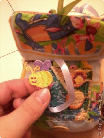 Многие в Стране уже знают о моём великом счастье - муж подарил мне швейную машинку!!!:) О том, как мы с ней воюем, несколько слов. Ну или фото.  Вот это бибика! Кривая-косая! Зато первая!!!:))) Правда, видок у неё... Глаза навыкате, улыбка как у маньячины.... Но в целом - весёленькая! И со шнуровочкой на капоте - развиваем моторику:))) фото 4