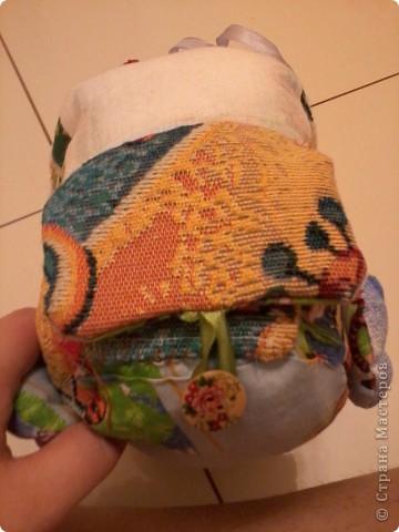Многие в Стране уже знают о моём великом счастье - муж подарил мне швейную машинку!!!:) О том, как мы с ней воюем, несколько слов. Ну или фото.  Вот это бибика! Кривая-косая! Зато первая!!!:))) Правда, видок у неё... Глаза навыкате, улыбка как у маньячины.... Но в целом - весёленькая! И со шнуровочкой на капоте - развиваем моторику:))) фото 3