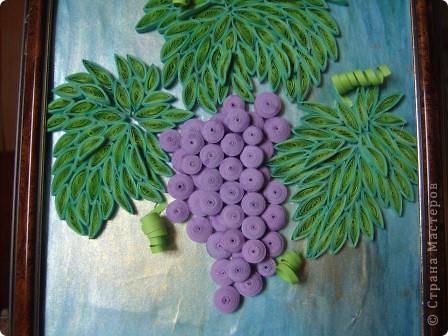 Угостила судьба гроздью нас виноградной, Налила нам в бокал капли нежной росы. Не забыла судьба и про нить Ариадны, Положив нам в ладони виноградной лозы.  Нам художник-судьба рисовала рассветы, Виноградной лозой вышивая любовь. Чародейка-судьба виноградное лето Ворожила-кружила, будоражила кровь.  Виноградную гроздь мы бережно-нежно, Как бесценнейший дар чародейки-судьбы ХранИм в душах своих, запивая безбрежным Океаном медовой виноградной любви. (Шестакова Мария)  фото 2