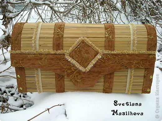 Сундучок делала из старой бамбуковой шторы и остатков мебельной ткани, размер 45х23х12 см, деревянные боковушки муж принес с работы, вот я их и пристроила. фото 1