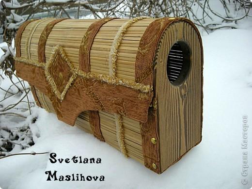Сундучок делала из старой бамбуковой шторы и остатков мебельной ткани, размер 45х23х12 см, деревянные боковушки муж принес с работы, вот я их и пристроила. фото 2