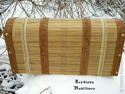 Сундучок делала из старой бамбуковой шторы и остатков мебельной ткани, размер 45х23х12 см, деревянные боковушки муж принес с работы, вот я их и пристроила. фото 5