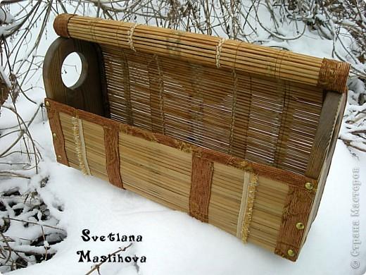 Сундучок делала из старой бамбуковой шторы и остатков мебельной ткани, размер 45х23х12 см, деревянные боковушки муж принес с работы, вот я их и пристроила. фото 3