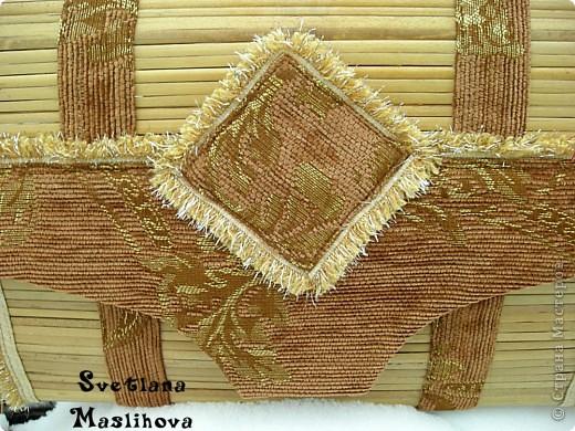 Сундучок делала из старой бамбуковой шторы и остатков мебельной ткани, размер 45х23х12 см, деревянные боковушки муж принес с работы, вот я их и пристроила. фото 4