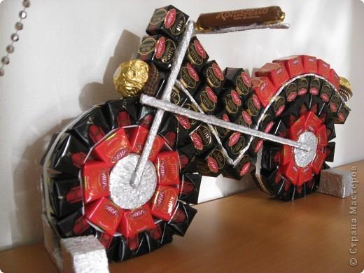 Мотоцикл из конфет пошаговое фото