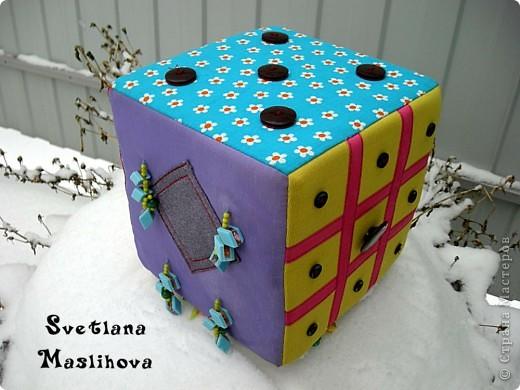 Развивающий кубик для моей дочки, шила из обрезков ткани, внутри поролон и вшила внутрь пластиковую баночку с пуговицами и всякой мелочью, что бы кубик гремел, размер 18х18х18 см. фото 8