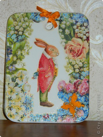 """Этот зайчик напоминает мне смешного зайца из """"Алисы в стране чудес"""". Такая весенняя, красочная досочка получилась.Решила подарить ее подружке моей дочи."""