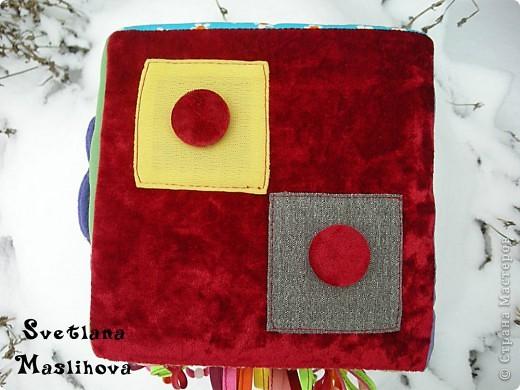 Развивающий кубик для моей дочки, шила из обрезков ткани, внутри поролон и вшила внутрь пластиковую баночку с пуговицами и всякой мелочью, что бы кубик гремел, размер 18х18х18 см. фото 6