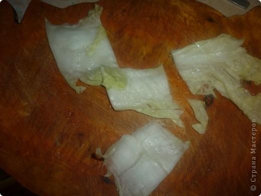 Кимчи – это самый любимый деликатес у корейцев, который является чуть ли не главным в их питании, и практически без него не обходится ни одна трапеза. И как считают корейцы,  кимчи – блюдо, которое непременно должно быть на столе.Кимчи, как и наша квашеная капуста, содержит многие необходимые для организма витаминами и минералы. Например, китайская капуста, и красный перец, из которых готовится кимчи, богаты витамином А, к тому же в молотом красном перце еще много витамина С. А клетчатка, которой так богата капуста, способствует улучшению пищеварения..НАЧНЕМ)))) фото 6
