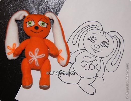 Зайка - моя первая авторская игрушка,сшита по разработанной мною выкройке.Рост- 13,5 см,вместе с ушками - 25см.Материал - флис оранжевый и белый,набивка - синтепон. фото 5