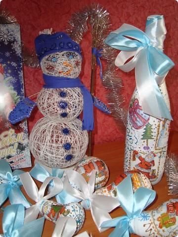 """Поделки к новому году! Снеговик из ниток и ПВА, """"Одежку"""" сшила и разукрасила контурами, а ещё вышила бисером варежки. Бутылка и лампочки - это декупаж, контуры и ленты!!! фото 2"""
