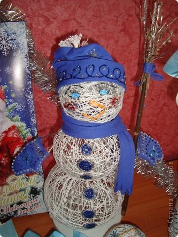 """Поделки к новому году! Снеговик из ниток и ПВА, """"Одежку"""" сшила и разукрасила контурами, а ещё вышила бисером варежки. Бутылка и лампочки - это декупаж, контуры и ленты!!! фото 3"""