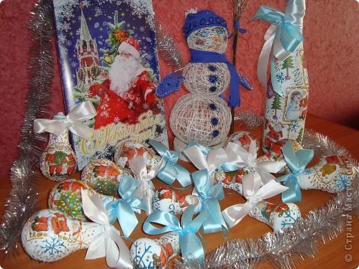 """Поделки к новому году! Снеговик из ниток и ПВА, """"Одежку"""" сшила и разукрасила контурами, а ещё вышила бисером варежки. Бутылка и лампочки - это декупаж, контуры и ленты!!! фото 1"""