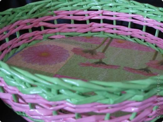 Здравствуйте, дорогие мастерицы!!! Вот она, можно сказать, первая плетенка. Самую первую оплетала коробку. Эта сплетена по форме. Что могу сказать... мне не нравится... Плела из офисной бумаги, на мой взгляд получилась грубовата. И очень яркая, хотя к салфетке цвета подходят идеально. фото 5