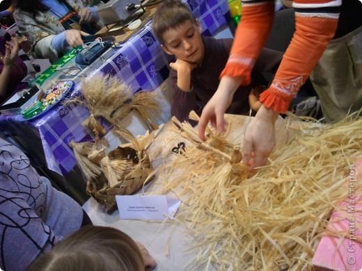 """Сегодня с младшей дочкой побывали на выставке - ярмарке """"Ладья"""" зима 2012,впечатлений ...ну просто переполняют,не могу удержаться ,чтоб не поделиться с вами Вот такая красотища хохломской лавочки встречает нас при входе фото 42"""