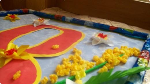поздравление мамочкам! и создатели (детки закрашивали фон картины,и цифры катали шарики из салфеток, наклеивали готовые формы)работа коллективная фото 2