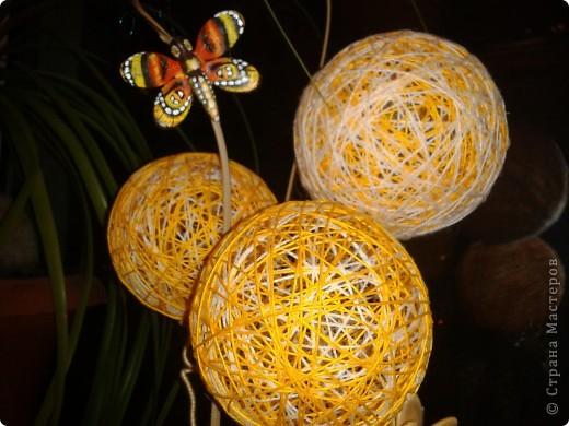 Мамочке на 8 Марта уже готова композиция из ниточных шаров, тыквенных семян, бамбуковых шпажек, бутылочки из под молока, декорированной в технике Пейп-Арт по МК Тани Сорокиной и каких-то природных завитушек))) фото 2