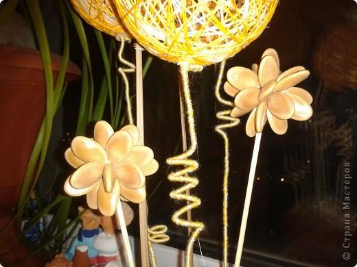 Мамочке на 8 Марта уже готова композиция из ниточных шаров, тыквенных семян, бамбуковых шпажек, бутылочки из под молока, декорированной в технике Пейп-Арт по МК Тани Сорокиной и каких-то природных завитушек))) фото 4