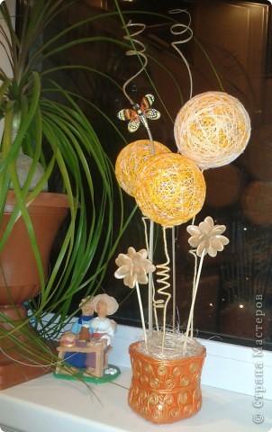 Мамочке на 8 Марта уже готова композиция из ниточных шаров, тыквенных семян, бамбуковых шпажек, бутылочки из под молока, декорированной в технике Пейп-Арт по МК Тани Сорокиной и каких-то природных завитушек))) фото 1