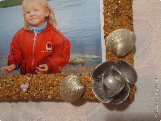 Эта рамочка получилась скромненькая.Ракушечник мелкий полакирован.Ракушки покрашены серебряной краской и покрыты лаком для ногтей с золотыми блесками. фото 3