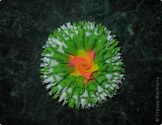 Ромашковый шарик мой. Мне нравится, но пришлось повозиться. Может, кому-то это будет просто. Собрать лепестки в чашелисник - еще полбеды, но приклеить ромашки на электру мне было непросто. Они соприкасаются только в нескольких точках (ребро к ребру), т.е. клея там буквально капля. Может, если делать цветы чуть меньше, они сядут глубже и будет площадь склеивания больше. Цветы, конечно нетяжелые, держатся, но все же для меня это отрицательный момент в этой кусудамке. НО повозиться стоило! Получилось красиво на мой взгляд =) Спасибо автору за МК https://stranamasterov.ru/node/60574 фото 3
