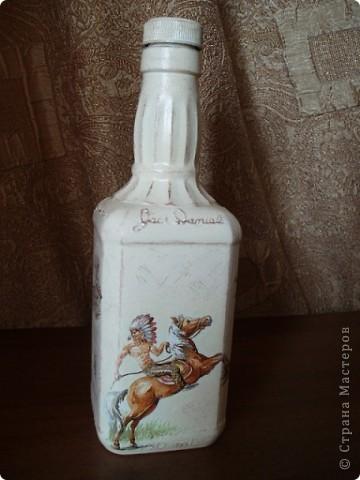 Салфетку с ковбоями я купила специально для этой бутылки. Загрунтовала бутылку, приклеила фрагменты салфетки,  а дальше ... и не знаю что делать.  фото 1