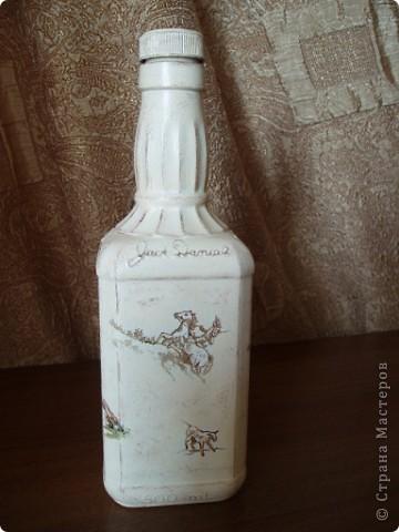 Салфетку с ковбоями я купила специально для этой бутылки. Загрунтовала бутылку, приклеила фрагменты салфетки,  а дальше ... и не знаю что делать.  фото 2