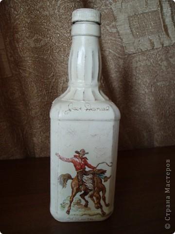 Салфетку с ковбоями я купила специально для этой бутылки. Загрунтовала бутылку, приклеила фрагменты салфетки,  а дальше ... и не знаю что делать.  фото 3