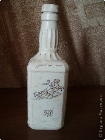 Салфетку с ковбоями я купила специально для этой бутылки. Загрунтовала бутылку, приклеила фрагменты салфетки,  а дальше ... и не знаю что делать.  фото 4