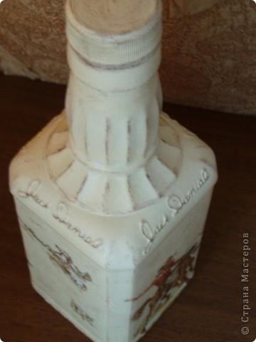 Салфетку с ковбоями я купила специально для этой бутылки. Загрунтовала бутылку, приклеила фрагменты салфетки,  а дальше ... и не знаю что делать.  фото 6