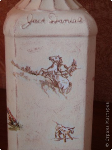 Салфетку с ковбоями я купила специально для этой бутылки. Загрунтовала бутылку, приклеила фрагменты салфетки,  а дальше ... и не знаю что делать.  фото 7