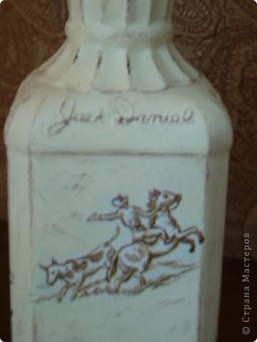 Салфетку с ковбоями я купила специально для этой бутылки. Загрунтовала бутылку, приклеила фрагменты салфетки,  а дальше ... и не знаю что делать.  фото 9