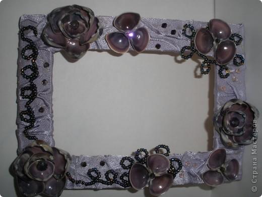 Фоторамка Фиолет №2.(Фото 050) обтянута тканью,украшена цветами из ракушки,радужным бисером,сваровски,для фото 10х15 см. фото 1