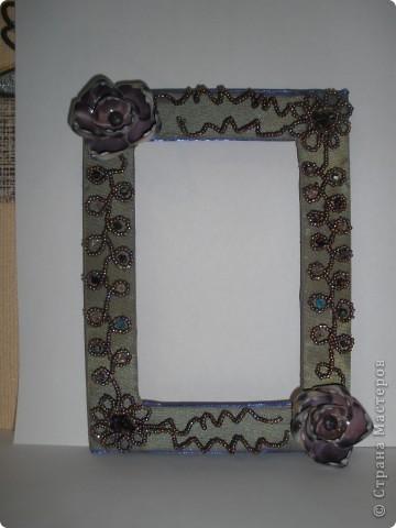 Фоторамка Фиолет №2.(Фото 050) обтянута тканью,украшена цветами из ракушки,радужным бисером,сваровски,для фото 10х15 см. фото 2