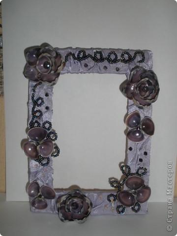 Фоторамка Фиолет №2.(Фото 050) обтянута тканью,украшена цветами из ракушки,радужным бисером,сваровски,для фото 10х15 см.  фото 3