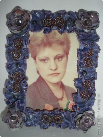 Фоторамка Фиолет №2.(Фото 050) обтянута тканью,украшена цветами из ракушки,радужным бисером,сваровски,для фото 10х15 см.  фото 7