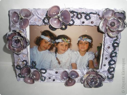 Фоторамка Фиолет №2.(Фото 050) обтянута тканью,украшена цветами из ракушки,радужным бисером,сваровски,для фото 10х15 см. фото 8