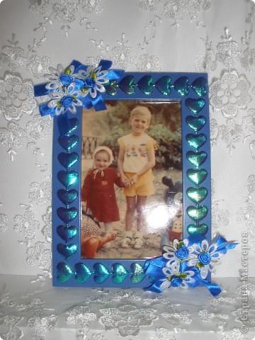 Фоторамка Фиолет №2.(Фото 050) обтянута тканью,украшена цветами из ракушки,радужным бисером,сваровски,для фото 10х15 см. фото 10