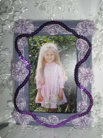 Фоторамка Фиолет №2.(Фото 050) обтянута тканью,украшена цветами из ракушки,радужным бисером,сваровски,для фото 10х15 см.  фото 12