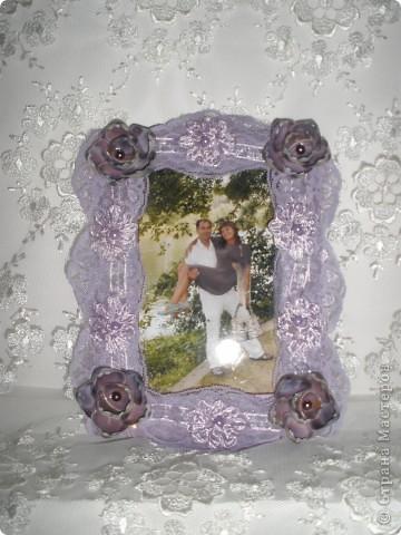 Фоторамка Фиолет №2.(Фото 050) обтянута тканью,украшена цветами из ракушки,радужным бисером,сваровски,для фото 10х15 см.  фото 13
