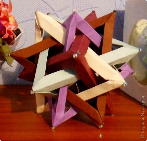 есть небольшие недочёты, но я ещё учусь)  Там есть видео выполнения: http://planetaorigami.ru/2011/07/pyat-slozhennyx-origami-tetraedrov/