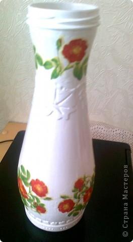 Хотела обклеить эту бутылочку нитками, но вчера купила новые салфетки с цветочками(похоже-это цветы шиповника) и решила их срочно применить . фото 2
