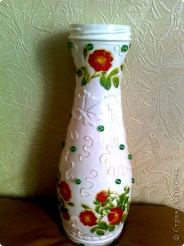 Хотела обклеить эту бутылочку нитками, но вчера купила новые салфетки с цветочками(похоже-это цветы шиповника) и решила их срочно применить . фото 1