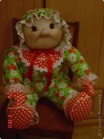 Вот такого мега-пупса сваяла я по распоротым выкройкам старой тряпичной куклы. Лицо изменила на свой вкус. Кажется,  так получилось забавнее. А как Вам? фото 1