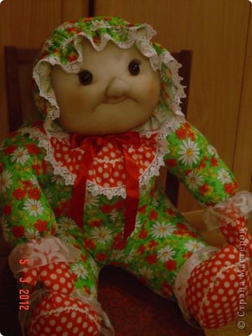 Вот такого мега-пупса сваяла я по распоротым выкройкам старой тряпичной куклы. Лицо изменила на свой вкус. Кажется,  так получилось забавнее. А как Вам? фото 2