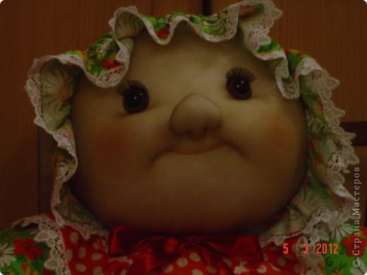 Вот такого мега-пупса сваяла я по распоротым выкройкам старой тряпичной куклы. Лицо изменила на свой вкус. Кажется,  так получилось забавнее. А как Вам? фото 4
