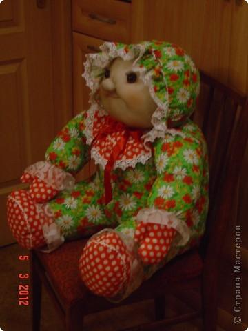 Вот такого мега-пупса сваяла я по распоротым выкройкам старой тряпичной куклы. Лицо изменила на свой вкус. Кажется,  так получилось забавнее. А как Вам? фото 5