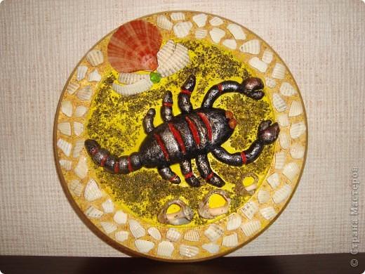 Попросили сделать тарелочку для скорпиончика в технике декупаж.Но никакой подходящей картинки не нашла, так как времени дали 2 дня.Думала,думала, что сделать.Вот придумала такого скорпиончика из соленого теста.Имениннице понравилось, я рада.